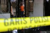Tim Inafis Polrestabes Surabaya melakukan olah tempat kejadian perkara (TKP) rumah yang terbakar di Perumahan Dosen Institut Teknologi Sepuluh Nopember (ITS) Surabaya, Jawa Timur, Jumat (30/7/2021). Sebanyak 12 unit kendaraan pemadam kebakaran dari Dinas Pemadam Kebakaran Kota Surabaya dikerahkan untuk memadamkan kebakaran yang menelan satu korban jiwa berinisial I (6) tersebut. Antara Jatim/Didik Suhartono/zk