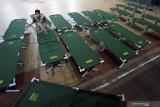Petugas BPBD merakit tempat tidur darurat di Rumah Sakit Lapangan (RSL) GOR Soekarno-Hatta Kota Blitar, Jawa Timur, Jumat (30/7/2021). Pemkot Blitar mengubah GOR Indoor Soekarno-Hatta menjadi rumah sakit darurat untuk pasien COVID-19 bergejala sedang hingga ringan dengan daya tampung sekitar 60 tempat tidur pasien. Antara Jatim/Irfan Anshori/zk