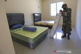Prajurit TNI Kodim 0616/Indramayu menyiapkan perlengkapan di ruang isolasi terpusat di Asrama Haji, Indramayu, Jawa Barat, Jumat (30/7/2021). Tempat Isolasi terpusat dengan kapasitas 50 tempat tidur itu akan digunakan untuk penanganan pasien COVID-19 tanpa gejala. ANTARA FOTO/Dedhez Anggara/agr