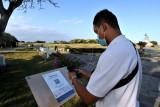 Pengunjung memindai QR Code dengan aplikasi PeduliLindungi saat mengunjungi destinasi Pulau Peninsula di The Nusa Dua, Badung, Bali, Jumat (30/7/2021). Program