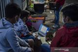 Teknisi komputer melakukan pelayanan perbaikan laptop di depan Mal Bandung Electronic Center Bandung, Jawa Barat, Sabtu (31/7/2021). Sejumlah pedagang yang membuka toko di Mal Bandung Electronic Center tersebut terpaksa menggunakan bahu jalan dalam berjualan dan melayani perbaikan gawai dan laptop pelanggan akibat belum adanya lapak pengganti selama mal dan pusat perbelanjaan ditutup di masa PPKM. ANTARA FOTO/Novrian Arbi/agr