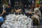Sejumlah remaja yang tergabung dalam Humanity Sector Ciamis menyiapkan paket sembako di Kabupaten Ciamis, Jawa Barat, Sabtu (31/7/2021). Aksi tersebut membagikan 400 bungkus sembako gratis hasil donasi dan penjualan barang dengan cara lelang melalui media sosial kepada warga yang terdampak pandemi COVID-19. ANTARA FOTO/Adeng Bustomi/agr
