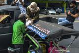 Sejumlah remaja yang tergabung dalam Humanity Sector Ciamis membagikan paket sembako kepada tukang becak di Kabupaten Ciamis, Jawa Barat, Sabtu (31/7/2021). Aksi tersebut membagikan 400 bungkus sembako gratis hasil donasi dan penjualan barang dengan cara lelang melalui media sosial kepada warga yang terdampak pandemi COVID-19. ANTARA FOTO/Adeng Bustomi/agr