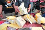 Petugas kepolisian menyusun barang bukti narkoba jenis sabu-sabu saat rilis pengungkapan kasus di Mapolda Jambi, Jumat (30/7/2021). Kepolisian setempat berhasil menggagalkan peredaran sembilan kilogram lebih sabu-sabu yang diselundupkan melalui jalur darat di dua lokasi berbeda dengan tiga tersangka. ANTARA FOTO/Wahdi Septiawan/aww.
