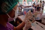 Petugas kesehatan mempersiapkan vaksin untuk disuntikan kepada warga saat vaksinasi COVID-19 massal di lingkungan Buaji Anyar, Desa Kesiman, Denpasar, Bali, Sabtu (31/7/2021). Wakil Presiden Ma'ruf Amin mendorong Pemprov Bali mempercepat vaksinasi kepada masyarakat sehingga
