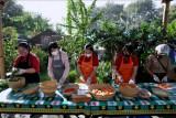 Relawan menyiapkan makanan yang akan dibagikan gratis di Dapur Umum Gotong Royong Kota Denpasar, Bali, Minggu (1/8/2021). Dapur umum yang melibatkan berbagai pihak seperti Pemkot Denpasar, TNI, Polri serta berbagai organisasi dan perusahaan lainnya tersebut setiap harinya mengolah dan mendistribusikan sekitar 1.000 paket makanan untuk membantu warga yang terdampak pandemi COVID-19 dalam memenuhi kebutuhan makanannya sehari-hari. ANTARA FOTO/Fikri Yusuf/nym