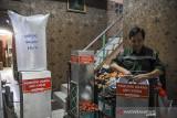 Simon Sanjaya menyelesaikan produksi alat pemurni udara anti virus di Rajawali, Bandung, Jawa Barat, Minggu (1/8/2021). Alat pemurni udara anti virus yang menggunakan teknologi sinar UV dan hepa filter tersebut memiliki daya isap 2,5 kubik udara per menit yang berfungsi untuk membunuh virus serta di jual dengan harga Rp6 juta per unit. ANTARA FOTO/Raisan Al Farisi/agr