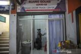 Petugas menyiapkan kabin untuk kebutuhan isolasi pasien COVID-19 di Pasar Andir Trade Center, Bandung, Jawa Barat, Minggu (1/8/2021). Pasar Andir Trade Center bekerja sama dengan perusahaan Sion Safety untuk menyediakan kabin dengan fasilitas memadai seperti toilet, tv, kamera cctv dan telepon bagi pasien COVID-19 di lingkungan Pasar Andir yang akan menjalani isolasi. ANTARA FOTO/Raisan Al Farisi/agr