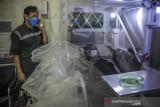 Petugas melakukan simulasi isolasi pasien COVID-19 di dalam kabin di Pasar Andir Trade Center, Bandung, Jawa Barat, Minggu (1/8/2021). Pasar Andir Trade Center bekerja sama dengan perusahaan Sion Safety untuk menyediakan kabin dengan fasilitas memadai seperti toilet, tv, kamera cctv dan telepon bagi pasien COVID-19 di lingkungan Pasar Andir yang akan menjalani isolasi. ANTARA FOTO/Raisan Al Farisi/agr
