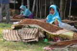 PANEN TEMBAKAU DI ACEH BESAR. Petani menjemur tembakau saat memasuki musim panen di desa Lambeugak, Kecamatan Kuta Cot Glie, Kabupaten Aceh Besar, Aceh, Minggu (1/8/2021). Kelompok tani di daerah  sentra penghasil tembakau tersebut menyatakan, usaha perkebunan tembakau tetap berjalan normal di tenga pandemi COVID-19, namun harga penjualan tembakau yang menurun hingga 25 persen menjadi  Rp800.000 per karung (20 kilogram) menurut jenis dan kualitasnya akibat lesunya permintaan pasar. ANTARA FOTO/Ampelsa.