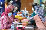 Seorang warga menjalani tahap penyaringan sebelum mengikuti vaksinasi massal yang diadakan pemerintah setempat di gedung sekolah untuk menghemat anggaran di SD Saptorenggo 2, Pakis, Malang, Jawa Timur, Sabtu (31/7/2021). Kementerian Dalam Negeri mencatat rata-rata realisasi belanja Anggaran Pendapatan dan Belanja Daerah (APBD) untuk penanganan pandemi COVID-19 dari seluruh provinsi dinilai masih rendah yaitu baru mencapai 29,19 persen atau setara Rp 5,78 triliun. Antara Jatim/Ari Bowo Sucipto/zk