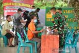 KODAM GELAR VAKSINASI LAPANGAN BLANG PADANG. Warga antri mendapatkan suntikan Vaksin COVID-19 Sinovac di Lapangan Olahraga Blang Padang, Banda Aceh, Aceh, Minggu (1/8/2021). Kodam Iskandar Muda secara rutin menggelar vaksinasi COVID-19 setiap hari libur untuk warga yang melakukan aktivitas olahraga dan juga terbuka untuk masyarakat  di Lapangan Blang Padang tersebut dalam upaya pencapaian cakupan vaksinasi di Aceh sebanyak 4 juta jiwa penduduk. ANTARA FOTO/Ampelsa.