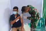 TNI GELAR VAKSINASI HARI LIBUR DI LAPANGAN BLANG PADANG. Tim kesehatan Kodam Iskandar Muda menyuntikkan Vaksin COVID-19 Sinovac di Lapangan Olahraga Blang Padang, Banda Aceh, Aceh, Minggu (1/8/2021). Kodam Iskandar Muda secara rutin menggelar vaksinasi COVID-19 setiap hari libur untuk warga yang melakukan aktivitas olahraga dan juga terbuka untuk masyarakat  di Lapangan Blang Padang tersebut dalam upaya pencapaian cakupan vaksinasi di Aceh sebanyak 4 juta jiwa penduduk. ANTARA FOTO/Ampelsa.