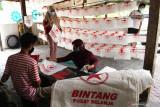 Pekerja membuat tas berbahan kain di tempat Usaha Mikro Kecil Menengah (UMKM) di Kota Madiun, Jawa Timur, Sabtu (31/7/2021). Perajin UMKM tersebut tetap bertahan untuk berproduksi meskipun saat Pemberlakukan Pembatasan Kegiatan Masyarakat (PPKM) pandemi COVID-19 permintaan turun dari sebelum pandemi 5.000 buah per minggu menjadi 2.000 buah per bulan saat pandemi dengan harga Rp9 ribu hingga Rp18 ribu per buah tergantung kualitas bahan serta ukuran dan seluruh produksinya dipasarkan di Bali. Antara Jatim/Siswowidodo/zk