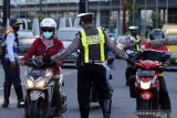 Petugas menghalau kendaraan yang memasuki Surabaya di Bundaran Waru, Surabaya, Jawa Timur, Senin (2/8/2021). Pemerintah memutuskan memperpanjang pemberlakuan pembatasan kegiatan masyarakat (PPKM) hingga 9 Agustus 2021. Antara Jatim/Umarul Faruq/zk
