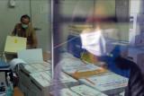 Petugas mempersiapkan vaksin Moderna yang disimpan pada ruangan pendingin saat proses distribusi di Dinas Kesehatan Provinsi Bali, Denpasar, Bali, Senin (2/8/2021). Pendistribusian vaksin Moderna buatan Amerika Serikat ke kabupaten/kota se-Bali tersebut untuk vaksinasi COVID-19 dosis ketiga bagi 40.768 tenaga kesehatan di seluruh Bali yang rencananya dimulai pada Selasa (3/8/2021). ANTARA FOTO/Nyoman Hendra Wibowo/nym.