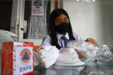 Pelajar mengemas bantuan masker untuk  dibagikan pada masyarakat di posko Malang Bersatu Lawan Corona (MBLC), Jawa Timur, Senin (2/8/2021). Sejumlah pelajar di kawasan tersebut menjadi relawan untuk penanganan COVID-19 di sela sekolah daring. Antara Jatim/Ari Bowo Sucipto/zk