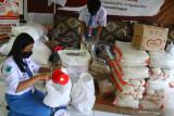 PPelajar mengemas bantuan untuk pasien yang menjalani isolasi mandiri di posko Malang Bersatu Lawan Corona (MBLC), Jawa Timur, Senin (2/8/2021). Sejumlah pelajar di kawasan tersebut menjadi relawan untuk penanganan COVID-19 di sela sekolah daring. Antara Jatim/Ari Bowo Sucipto/zk