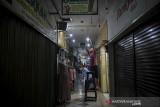 Pedagang memasang lampu di depan gerainya di ITC Kebon Kalapa, Bandung, Jawa Barat, Senin (2/8/2021). Pemerintah Kota Bandung kembali mengijinkan sejumlah pusat perbelanjaan di Kota Bandung untuk beroperasi guna menggerakan roda perekonomian dengan menerapkan protokol kesehatan yang ketat. ANTARA FOTO/Raisan Al Farisi/agr