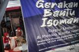 Warga mengemas makanan di dapur umum RW 05, Cipedes, Bandung, Jawa Barat, Selasa (3/8/2021). Komunitas Sahabat Uncle Teebob bersama warga RW 05 Kelurahan Cipedes berinisiatif untuk membagikan 300 porsi makan per hari bagi warga yang menjalani isolasi mandiri dan warga terdampak COVID-19 saat perpanjangan PPKM di Bandung Raya guna meringankan beban. ANTARA FOTO/Raisan Al Farisi/agr