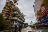 Warga berjalan di kawasan wisata Menara Pandang, Banjarmasin, Kalimantan Selatan, Selasa (3/8/2021). Pemerintah Kota Banjarmasin memutuskan untuk melanjutkan penerapan Pemberlakuan Pembatasan Kegiatan Masyarakat (PPKM) hingga 8 Agustus 2021 karena masih tingginya kasus aktif COVID-19 yaitu sebanyak 1.850 orang per 2 Agustus 2021 berdasarkan data Dinas Kesehatan Kota Banjarmasin. Foto Antaranews Kalsel/Bayu Pratama S.