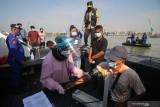 Petugas kesehatan memeriksa tekanan darah warga sebelum mendapat suntikan vaksin COVID-19 saat Vaksinasi Merdeka di atas kapal patroli Polairud Polda Jawa Timur di perairan Lumpur, Gresik, Jawa Timur, Selasa (3/8/2021). Direktorat Kepolisian Perairan dan Udara Polda Jawa Timur menggelar vaksinasi COVID-19 dengan sasaran nelayan dan masyarakat pesisir guna mewujudkan kekebalan kelompok atau 'herd immunity' menuju Indonesia sehat. Antara Jatim/Didik Suhartono/zk