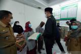Pemkot Bukittinggi serahkan bantuan beras untuk warga
