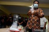 Kepala Badan Narkotika Nasional Provinsi (BNNP) Maluku Kombes Pol. Rohmad Nursahid menunjukan barang bukti narkoba sabu-sabu di Kota Ambon, Maluku, Rabu (4/8/2021).  (ANTARA FOTO/FB Anggoro)