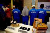 Sejumlah tersangka narkoba ditujunjukan saat ekspose kinerja BNNP Maluku di Kota Ambon, Maluku, Rabu (4/8/2021). (ANTARA FOTO/FB Anggoro)