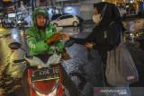 Pekerja kedai kopi dan sejumlah pemuda membagikan kopi gratis kepada pengguna jalan saat Pekan Order Online (PON) di Kota Tasikmalaya, Jawa Barat, Selasa (3/8/2021). Kegiataan tersebut membagikan 500 gelas kopi kepada tenaga kesehatan sertawarga yang terdampak pandemi COVID-19 dalam membantu 39 kedaise-Tasikmalayaselama PPKM berlangsung.ANTARA FOTO/Adeng Bustomi/agr