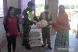 Aparat TNI Biak dampingi penyaluran beras untuk warga kampung Inggiri