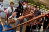 Kepala Badan Narkotika Nasional Provinsi (BNNP) Maluku Kombes Pol. Rohmad Nursahid (kanan) memusnahkan barang bukti ganja kering di Kota Ambon, Maluku, Rabu (4/8/2021). (ANTARA FOTO/FB Anggoro)