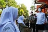 Wali Kota Madiun Maidi (kanan) berbincang dengan pelajar yang menunggu antrean saat Vaksinasi Massal COVID-19 bagi pelajar SMA di SMAN 1 Kota Madiun, Jawa Timur, Rabu (4/8/2021). Pemkot Madiun mulai melakukan vaksinasi COVID-19 dosis pertama bagi pelajar SMA, SMK, Madrasah Aliyah yang masuk dalam kelompok remaja dengan sasaran sebanyak 17.369 orang. Antara Jatim/Siswowidodo/zk