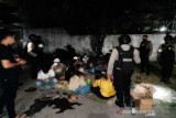 Dilarang berkerumun, di Solo belasan warga malah pesta miras