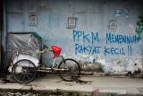 Coretan di tembok disamping becak yang tidak beroperasi saat Pemberlakuan Pembatasan Kegiatan Masyarakat (PPKM) di Kota Ambon, Provinsi Maluku, Kamis (5/8/2021). (ANTARA FOTO/FB Anggoro)