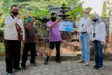 PT TWC menyerahkan bantuan kaki palsu dukung kemandirian disabilitas