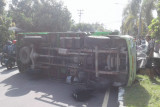 Truk pengangkut pakan ikan koi terguling di Jalan Bypass Bandara Lombok, 2 buruh terpental