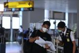 Petugas memeriksa dokumen perjalanan calon penumpang pesawat udara di Terminal Domestik Bandara Internasional I Gusti Ngurah Rai, Badung, Bali, Kamis (5/8/2021). Pengelola Bandara Ngurah Rai mencatat telah melayani sebanyak 84.115 orang penumpang selama bulan Juli 2021 atau menurun sebesar 81 persen jika dibandingkan dengan capaian bulan Juni 2021 terkait dengan adanya pembatasan mobilitas masyarakat khususnya selama masa PPKM. ANTARA FOTO/Fikri Yusuf/nym.