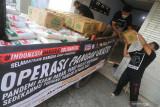 Relawan Aksi Cepat Tanggap (ACT) menata bantuan program Operasi Pangan Gratis ke dalam bak truk di Kediri, Jawa Timur, Kamis (5/8/2021). ACT mendistribusikan bantuan berupa 5 ton beras dan 150 karton air minum kemasan hasil donasi dari sejumlah pihak kepada warga yang melakukan isolasi mandiri (isoman) di Tulungagung. Antara Jatim/Prasetia Fauzani/zk