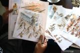 Komikus Aji Prasetyo memperlihatkan karyanya saat berdiskusi dengan sesama anggota komunitas Malang Ilustrator Comic Artist (MICA) di Malang, Jawa Timur,  Selasa (4/8/2021). Pelaku industri kreatif setempat mengharapkan realisasi upaya pemerintah dalam mendorong terbentuknya ekosistem industri komik, animasi dan ilustrasi terutama mengenai penguatan platform digital buatan dalam negeri guna membuka peluang pasar yg lebih luas sekaligus mempermudah pelaku seni dalam memasarkan hasil karyanya. Antara Jatim/Ari Bowo Sucipto/zk