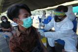 Personel Batalyon Kesehatan 2 Marinir (Yonkes 2 Mar)melakukan vaksinasi COVID-19 kepada warga saat Serbuan Vaksinasi COVID-19 TNI Angkatan Laut di Kenjeran Park, Surabaya, Jawa Timur, Kamis (5/8/2021). Pasmar 2 Korps Marinir TNI Angkatan Laut menggelar vaksinasi COVID-19 di kawasan pesisir itu bertujuan untuk mewujudkan kekebalan kelompok atau 'herd immunity' menuju Indonesia sehat. Antara Jatim/Didik Suhartono/zk