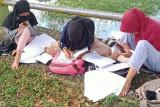 Untuk dapatkan internet, siswa di Kaur, Bengkulu harus belajar di tepi sungai