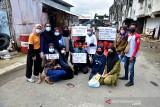 Komunitas anak muda Maluku Peduli mengumpulkan donasi untuk menyediakan 250 nasi bungkus yang dibagikan kepada warga yang membutuhkan bantuan saat Pemberlakukan Pembatasan Kegiatan Masyarakat (PPKM) di Ambon. (ANTARA FOTO/FB Anggoro)
