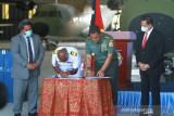 Panglima TNI Marsekal Hadi Tjahjanto bantu perbaikan pesawat Angkatan Bersenjata Papua Nugini