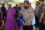 Polda NTB membawakan sembako untuk pedagang eks Pelabuhan Ampenan