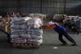 Distribusi paket bantuan sembako