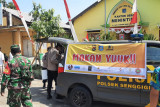 TNI-Polri dan pelaku wisata Senggigi bagikan 300 boks paket makanan