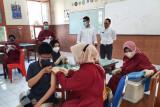 Wali Kota Kediri Abdullah Abu Bakar meninjau vaksinasi pelajar di SMAN I Kediri, Jawa Timur, Rabu (4/8/2021). Pemkot Kediri melakukan vaksinasi COVID-19 sebanyak 1.000 dosis pertama kepada pelajar guna mewujudkan
