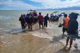 Tim SAR Kaimana evakuasi 14 penumpang perahu yang alami kebocoran