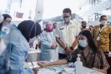 Menteri Sandiaga Uno tinjau vaksinasi di bandara Soetta